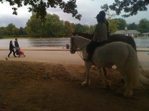 ハイド・パークで乗馬