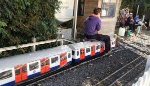 ミニチュアの地下鉄型電車