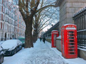 雪と赤い電話ボックス