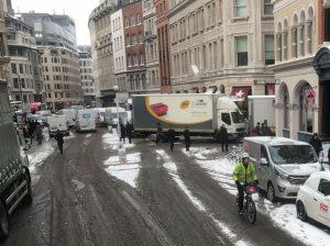 雪の中、自転車に乗る人