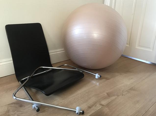 壊れた椅子と大活躍のバランスボール